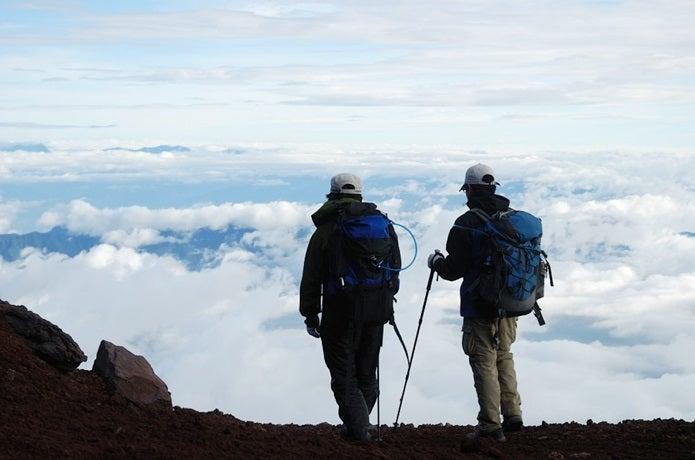 富士登山装備をして上る2人