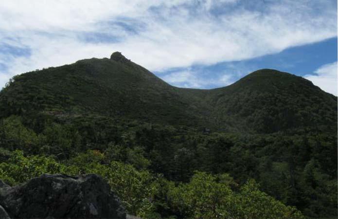 八ヶ岳登山中に見える天狗岳東と西