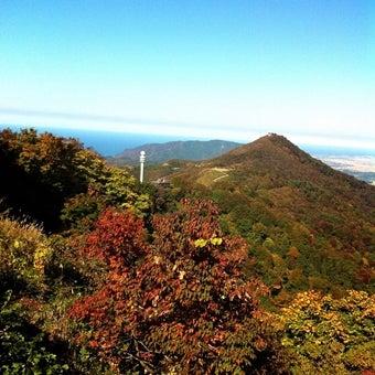 弥彦山山頂から多宝山方面をのぞむ