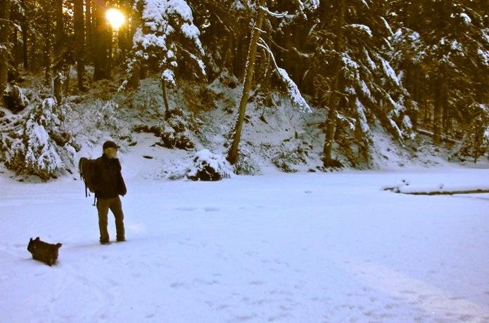 冬山の装備で山に行く男性