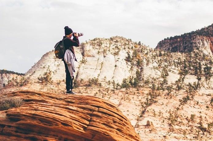 登山でカメラを撮っている人