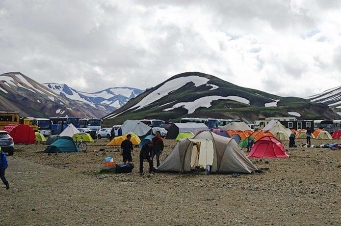 登山で携帯ラジオをつける人がいるテント場