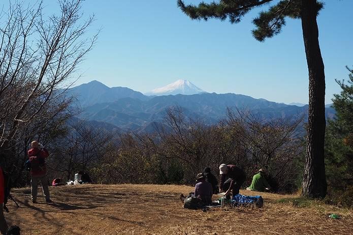 小仏峠の小仏城山で富士山の景色を眺める