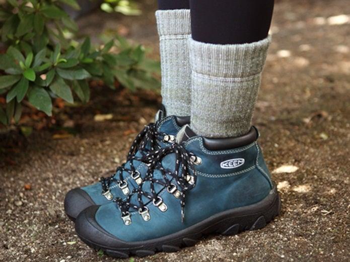 登山用の靴下を履いた足