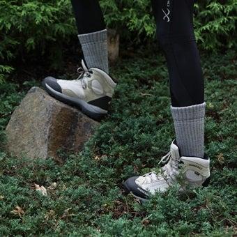 登山で靴下を履いた人の足