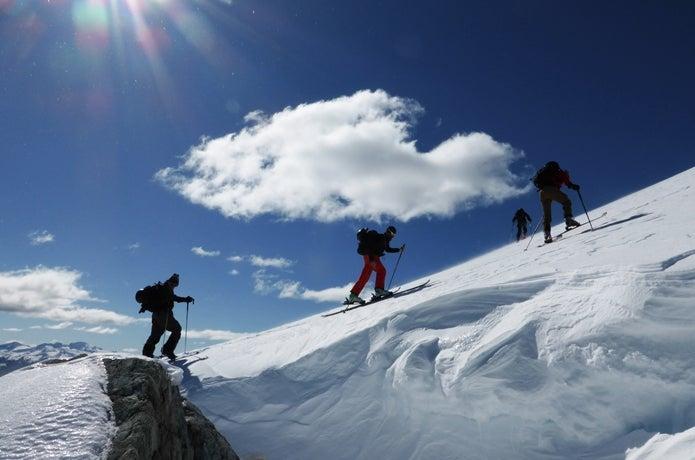スキーでハイクアップする人