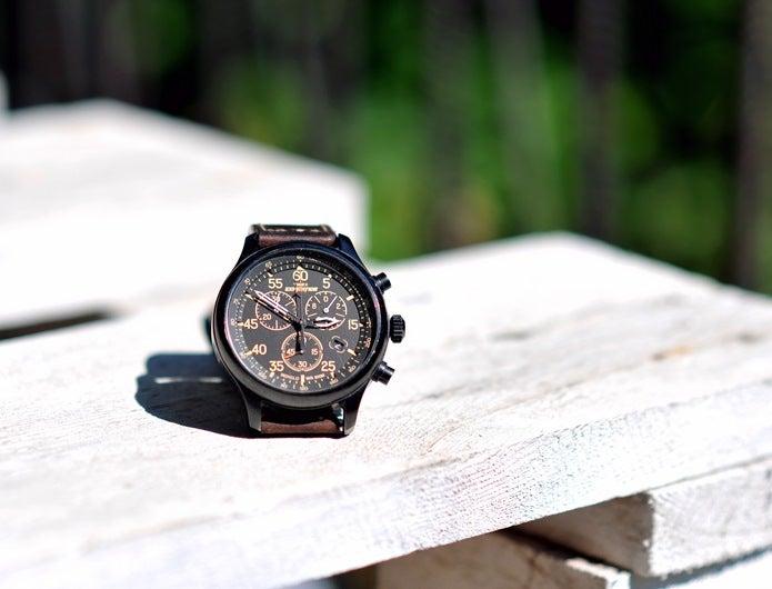 ベンチの上に置いてある登山時計