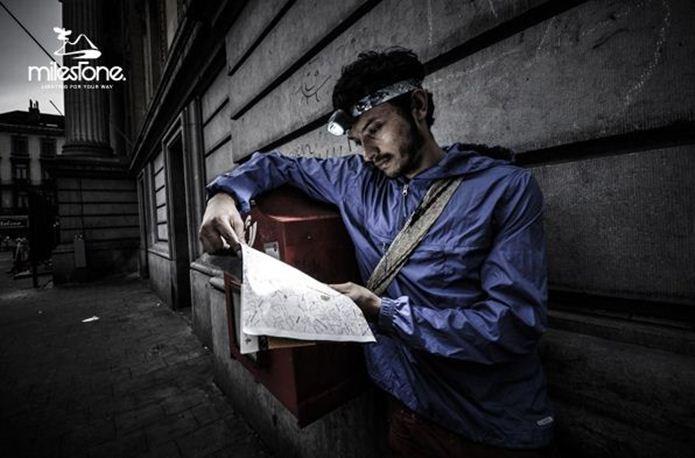 ヘッドライトを使って地図を読む男性