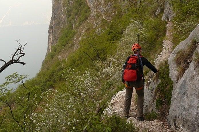 登山の時計をつけて山に登る人