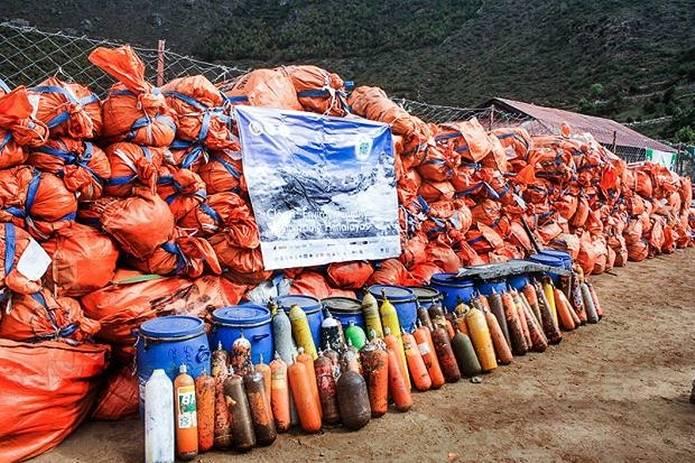 エベレスト 登山で出た大量のゴミと酸素ボンベ