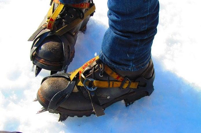 アイゼンをつけた登山靴