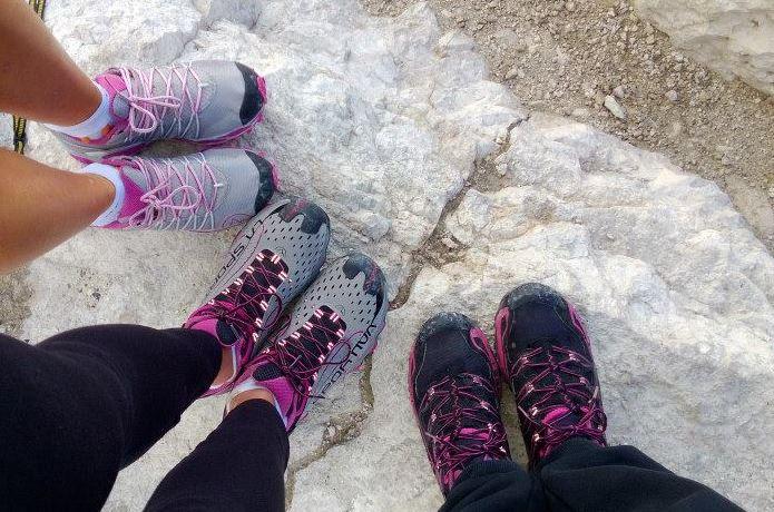 登山靴メーカー「サロモン」の靴を履く女性たちの足