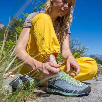 登山靴メーカー「スポルティバ」の靴を履く女性