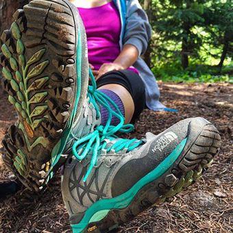 登山靴メーカー「ノースフェイス」の靴を履く女性