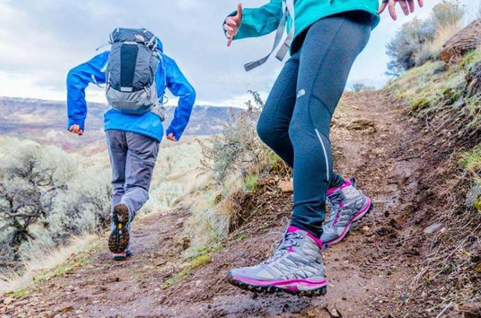 登山靴メーカー「サロモン」の靴を履いて走る男女