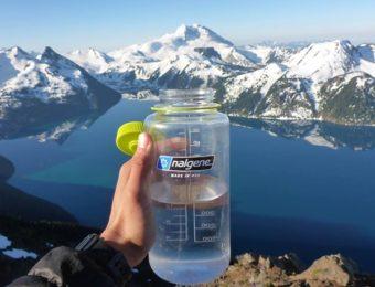 登山で使える水筒で水を飲む