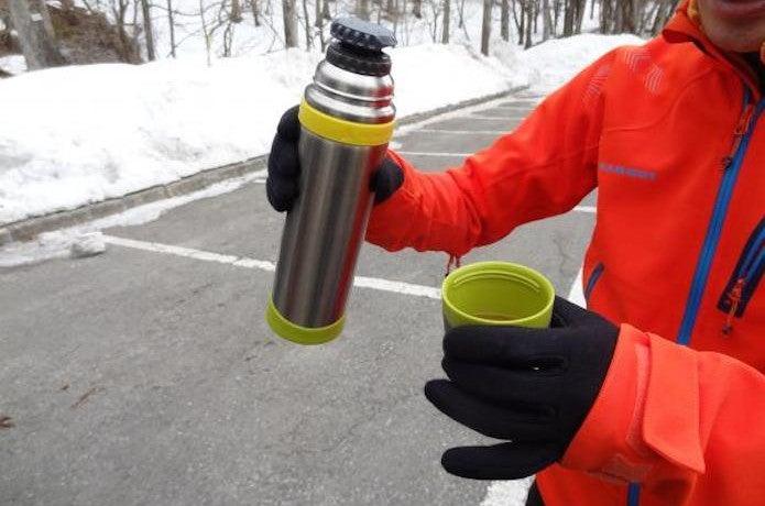 山専ボトルを持つ男性