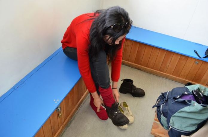 登山靴のメーカーに迷い試し履きをする女性