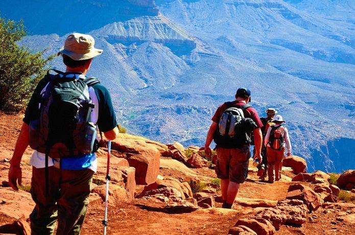 登山靴を履いて山を下る3人