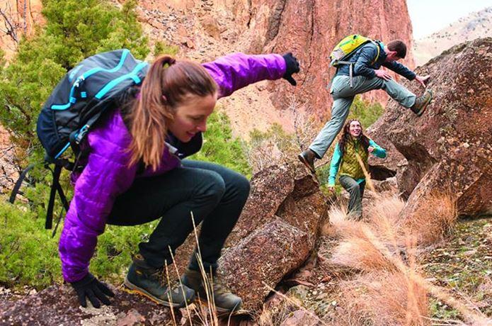 登山靴メーカー「キーン」の靴で岩を登る男女