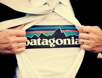 パタゴニアTシャツを着ている新郎