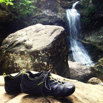 登山靴メーカー「メレル」の靴と滝
