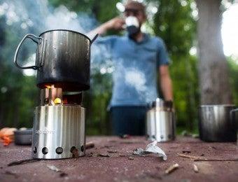 ソロストーブでコーヒーを飲む男性