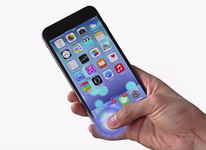 モバイルバッテリーを使って充電したスマホを使う人