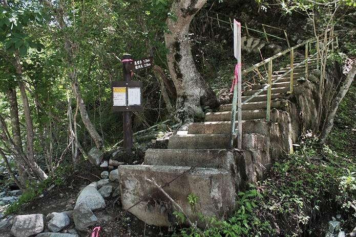 檜洞丸への道ゴーラ沢後の階段