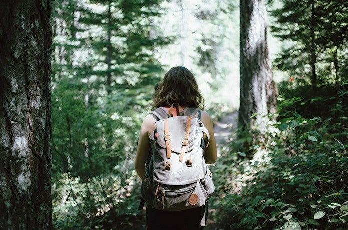山専ボトルをしょってハイキングする女性
