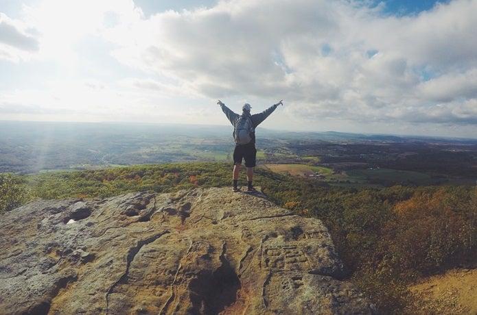 登山靴を履いて山に登る人