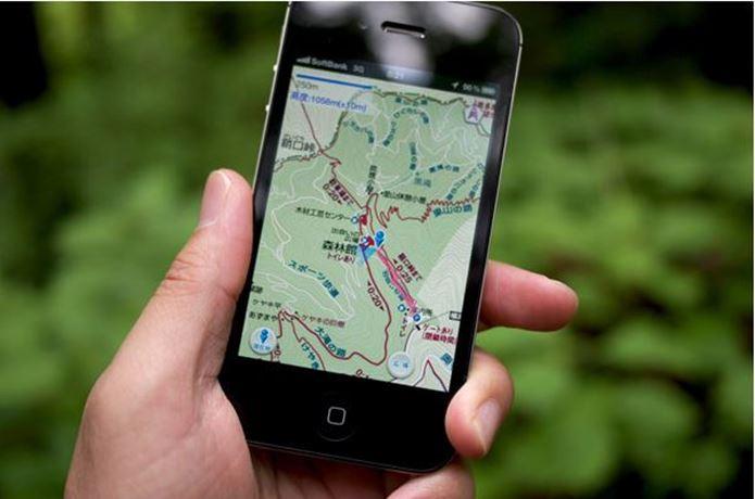 登山アプリを持つ手