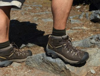 KEENの登山靴を履いている人の足
