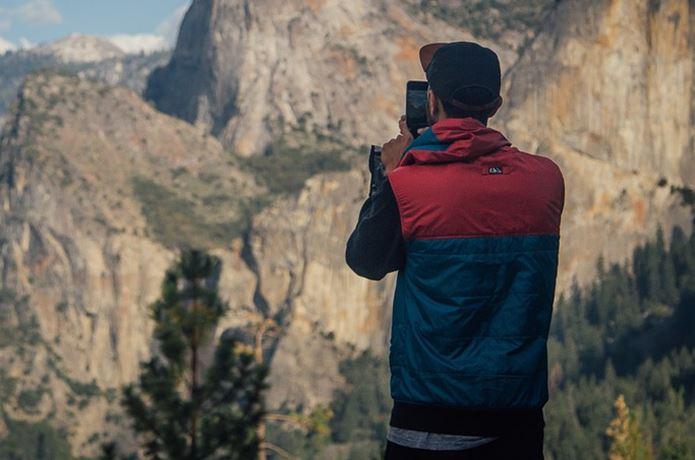 登山アプリを使う男性