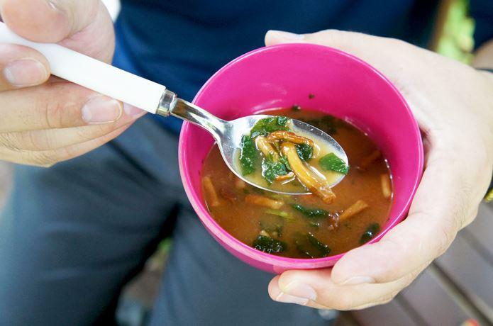 アマノフーズ味噌汁を食べる女性