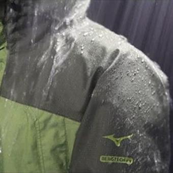 ミズノのレインウェアが雨に降られている