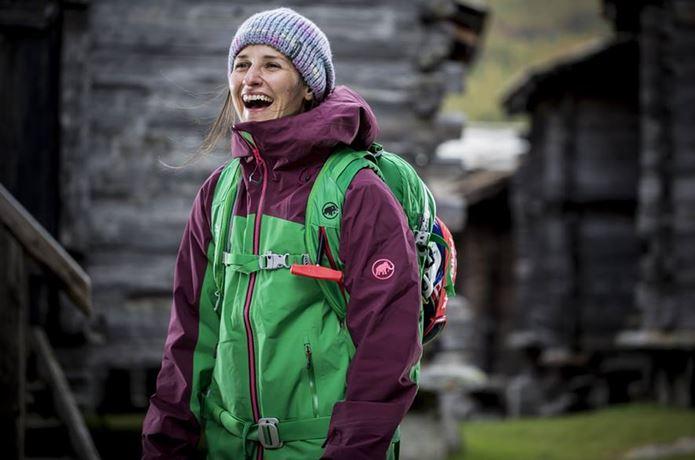 マムートのジャケットを着た笑顔の女性
