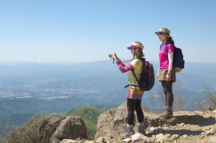 山ガールファッションの夏コーデを着て写真を撮る女性達