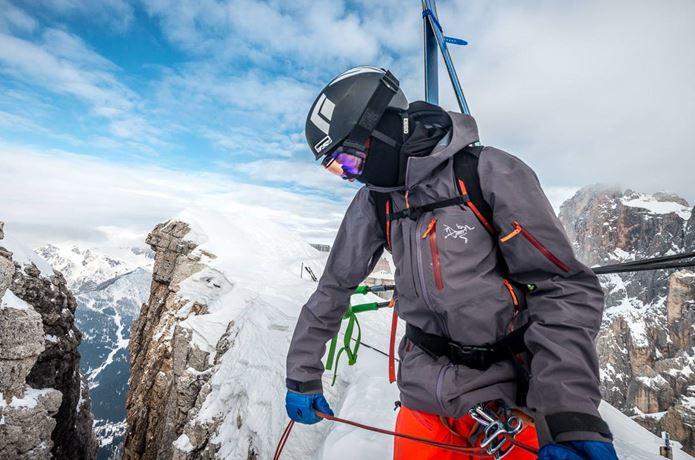 アークテリクスのマウンテンパーカーを着て冬山に行く男性