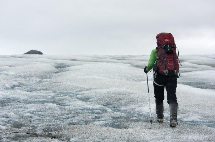 登山ストックを使って歩く人