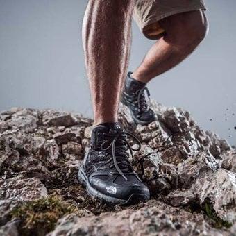 ハイキングシューズを履いている足
