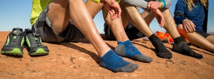 靴を抜いで小休止する人たち