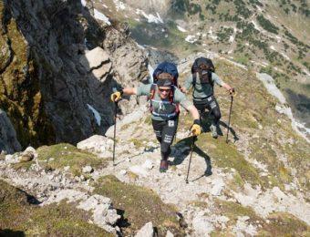 登山ストックを使って登山している画像