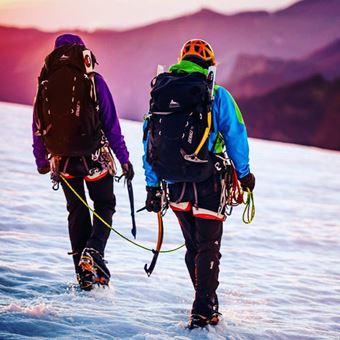 グレゴリーのザックを背負って雪山を歩く2人