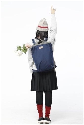 ブーティーバッグを背負った女性