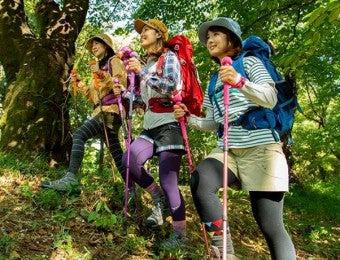 山ガールファッションの夏コーデで歩く女性達