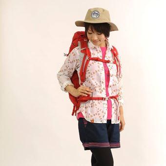 帽子を被って夏の対策をする山ガールファッション