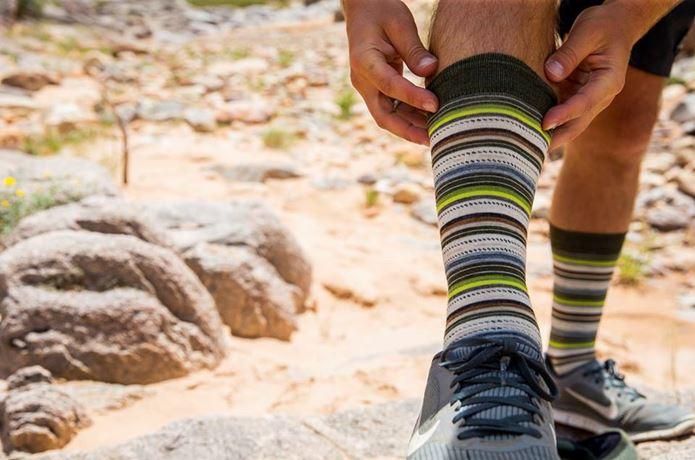スマートウールの靴下を調節している人の足