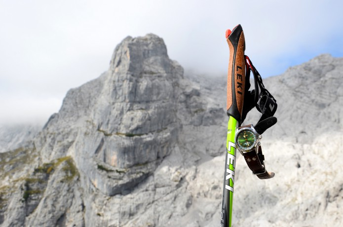 登山ストックと時計と山
