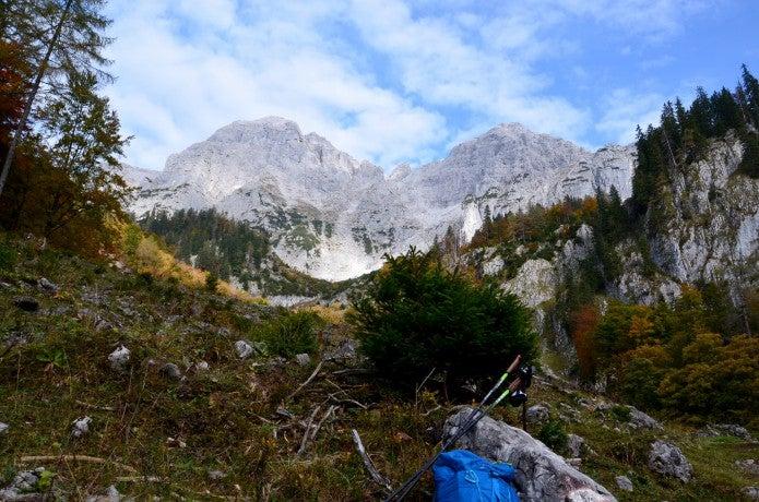 山の中にある登山ストックと青いザック